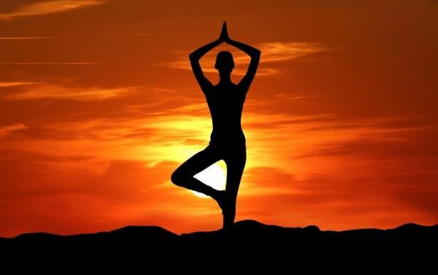 Milujeme Kameny - meditace - jógová pozice při západu slunce