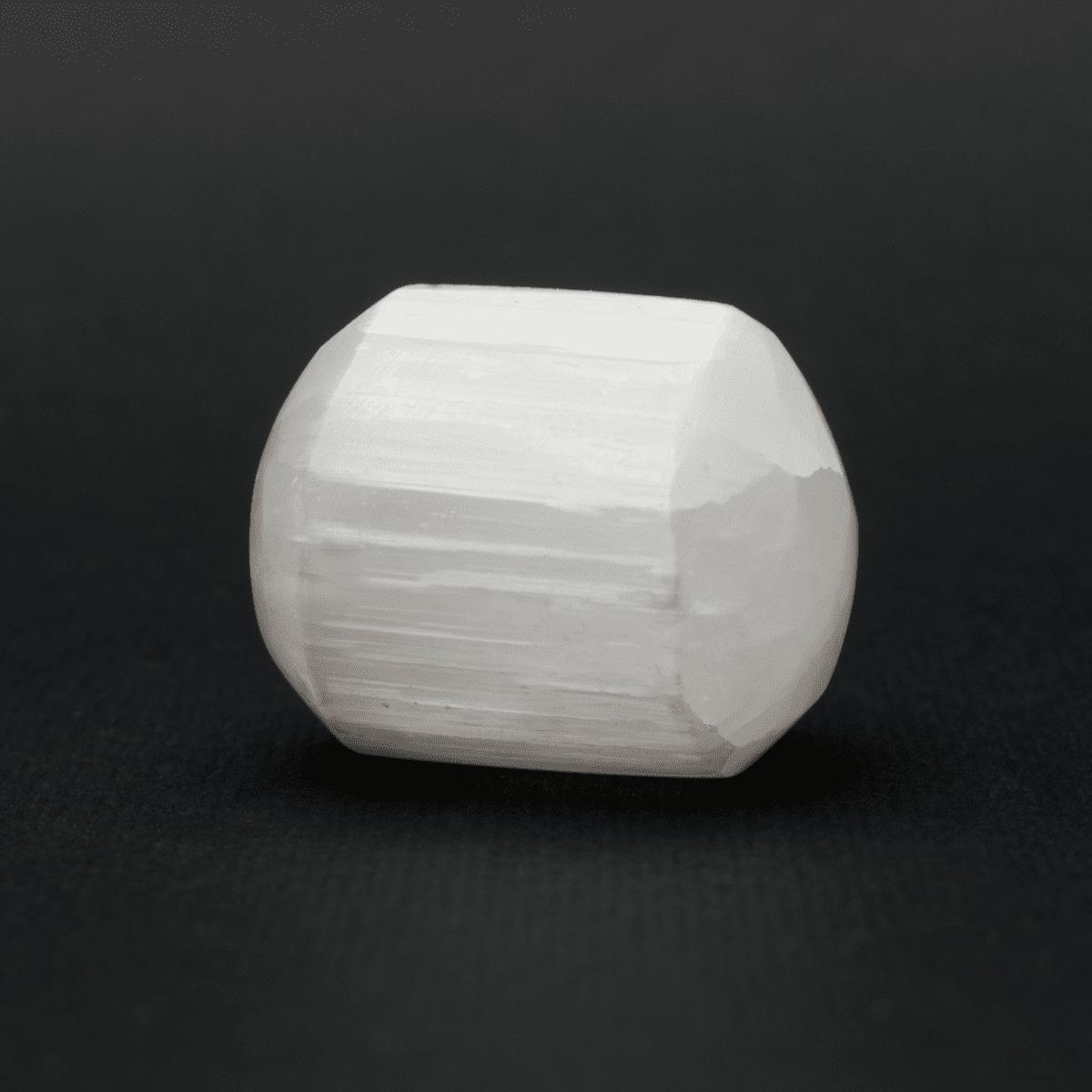 Milujeme Kameny - selenit bily tromlovaný kámen - valecek